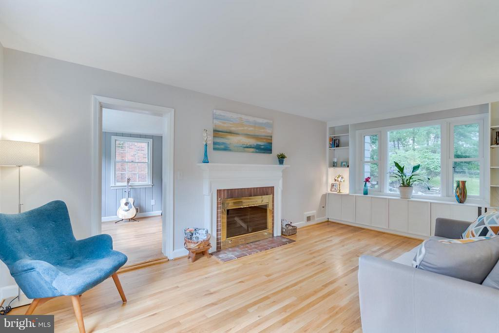 Natural light! Nature views! Cozy place to gather - 233 WHITMOOR TER, SILVER SPRING