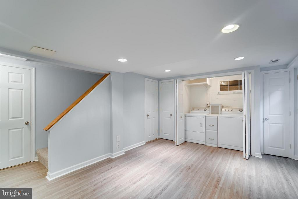 Walkout basement w/ storage, full BA, laundry! - 233 WHITMOOR TER, SILVER SPRING