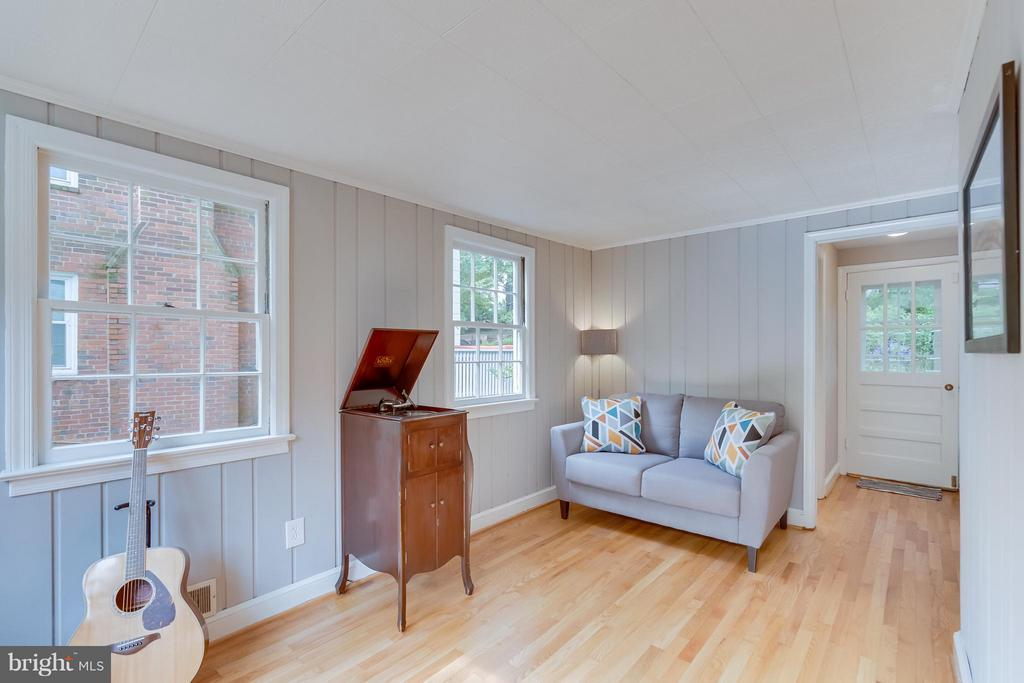 Rare Main Level 1/2BA off this well lit bonus room - 233 WHITMOOR TER, SILVER SPRING