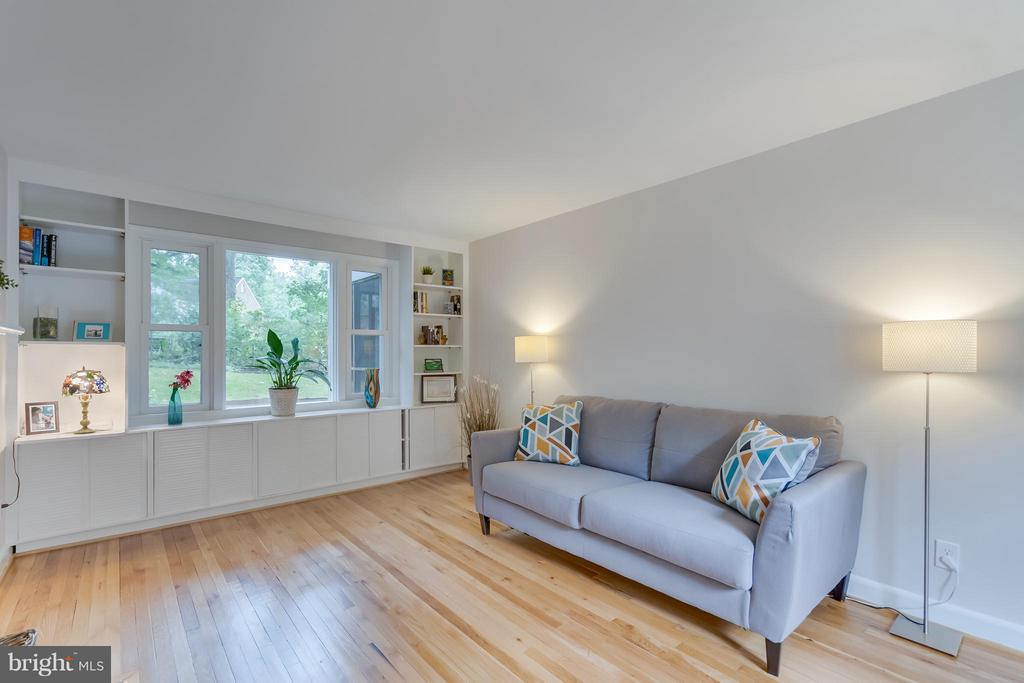 Custom built-in shelving and large picture windows - 233 WHITMOOR TER, SILVER SPRING