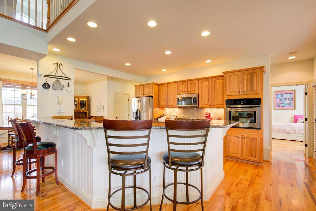 Plenty of seating for entertaining - 121 GRANVILLE CT, WINCHESTER