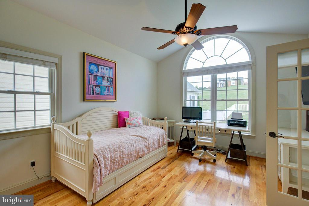 Gleaming hardwoods in 2nd master w/ en suite bath - 121 GRANVILLE CT, WINCHESTER