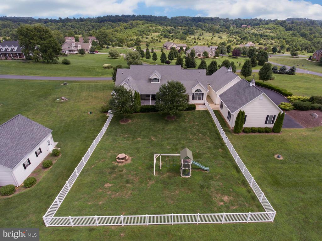 Large fenced yard perfect for weekend BBQ's - 121 GRANVILLE CT, WINCHESTER