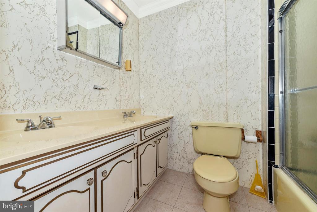 SHARED BATH ON SECOND LEVEL - 7433 OLD WASHINGTON RD, WOODBINE