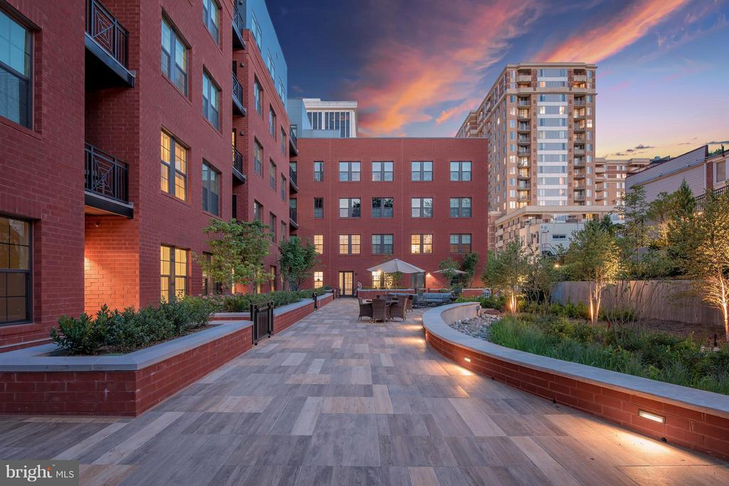 Courtyard - 1411 KEY BLVD #2, ARLINGTON