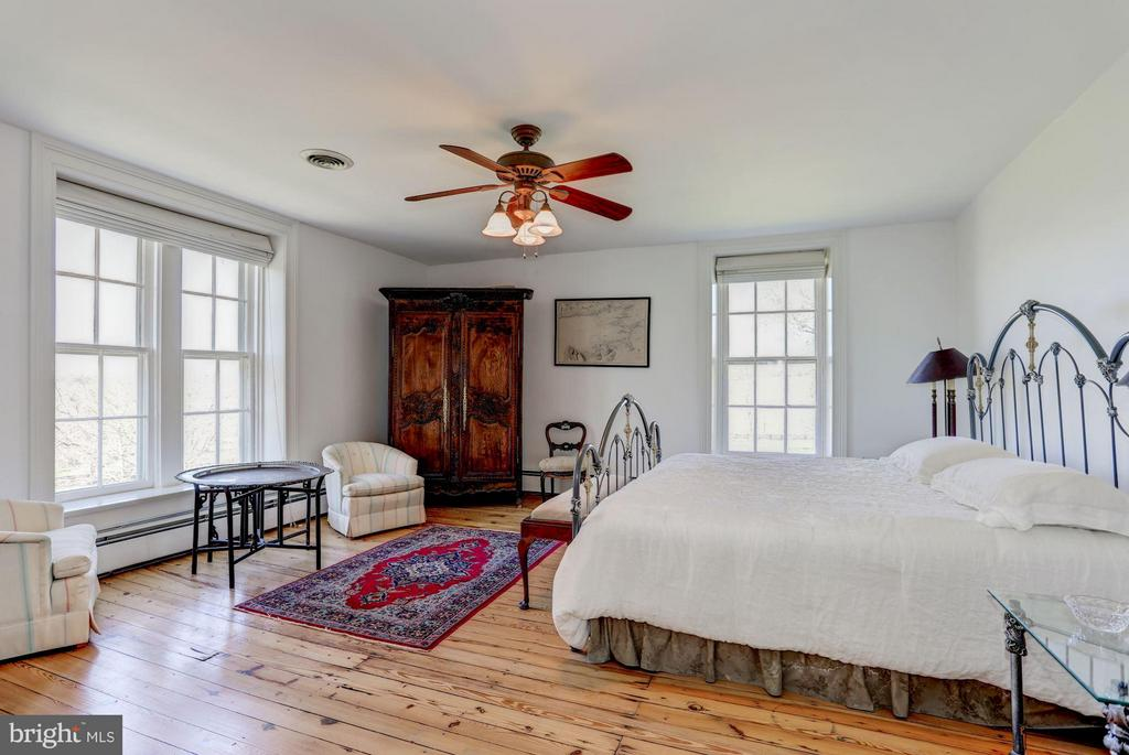 Large bedroom with hardwood floors - 35676 SNICKERSVILLE TPKE, PURCELLVILLE