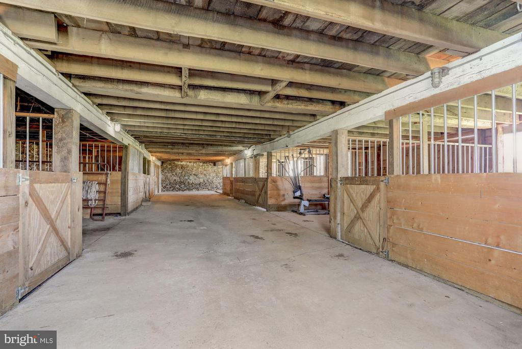 6 large horse stalls. French drains. Tack room - 35676 SNICKERSVILLE TPKE, PURCELLVILLE