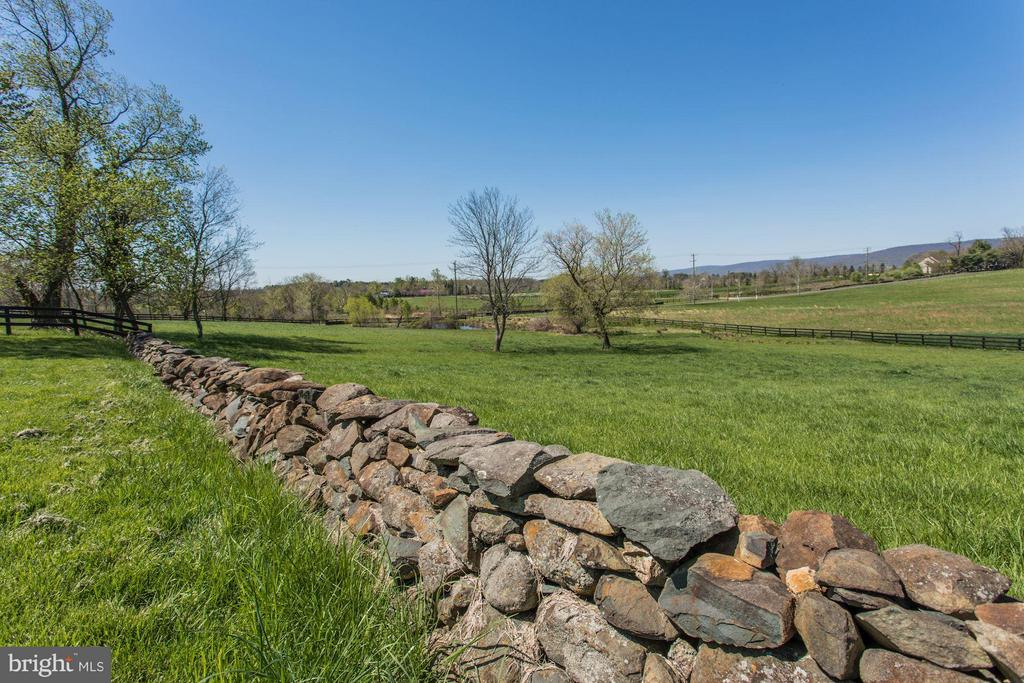 Endless stone and board fencing - 35676 SNICKERSVILLE TPKE, PURCELLVILLE