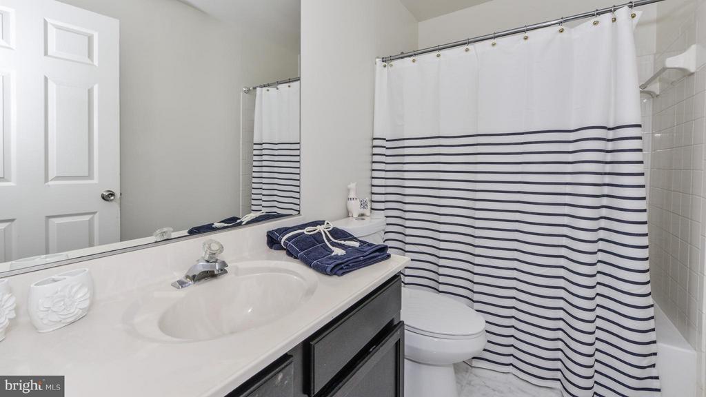 Upstairs Hall Full Bathroom - 5591 HOBSONS CHOICE LOOP, MANASSAS