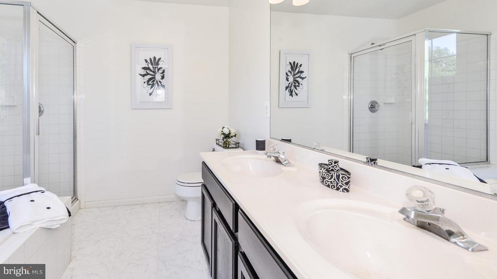 Bath (Master) - 5591 HOBSONS CHOICE LOOP, MANASSAS