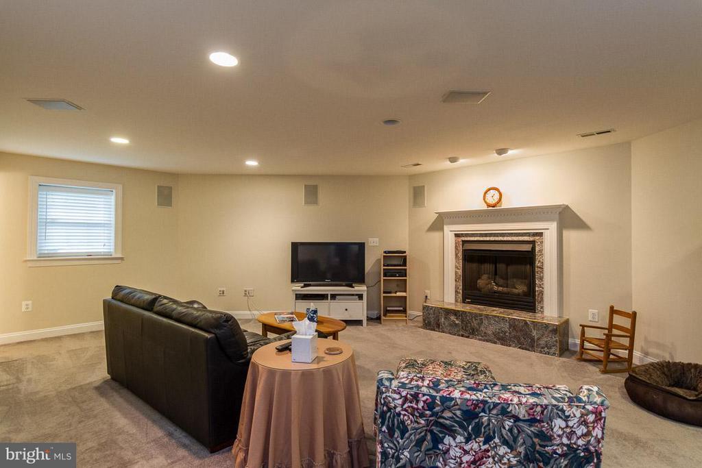 Basement with cozy gas fireplace - 131 WASHINGTON ST, OCCOQUAN