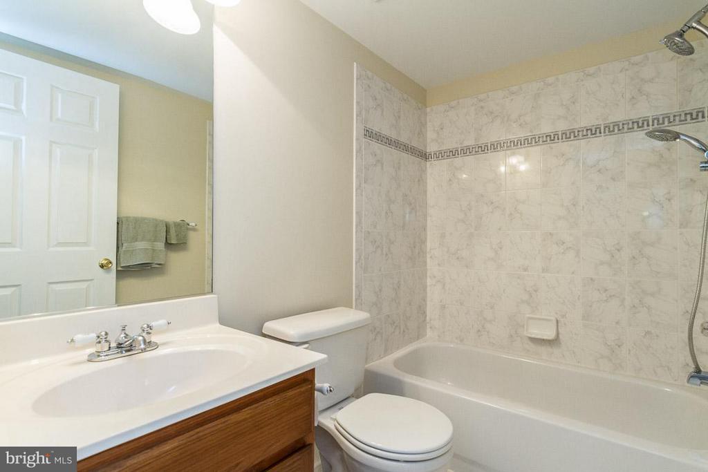 Upper 1 hall bath - 131 WASHINGTON ST, OCCOQUAN