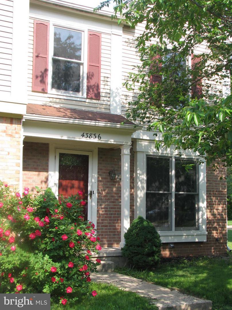 Photo of home for sale at 43836 Laburnum Square, Ashburn VA