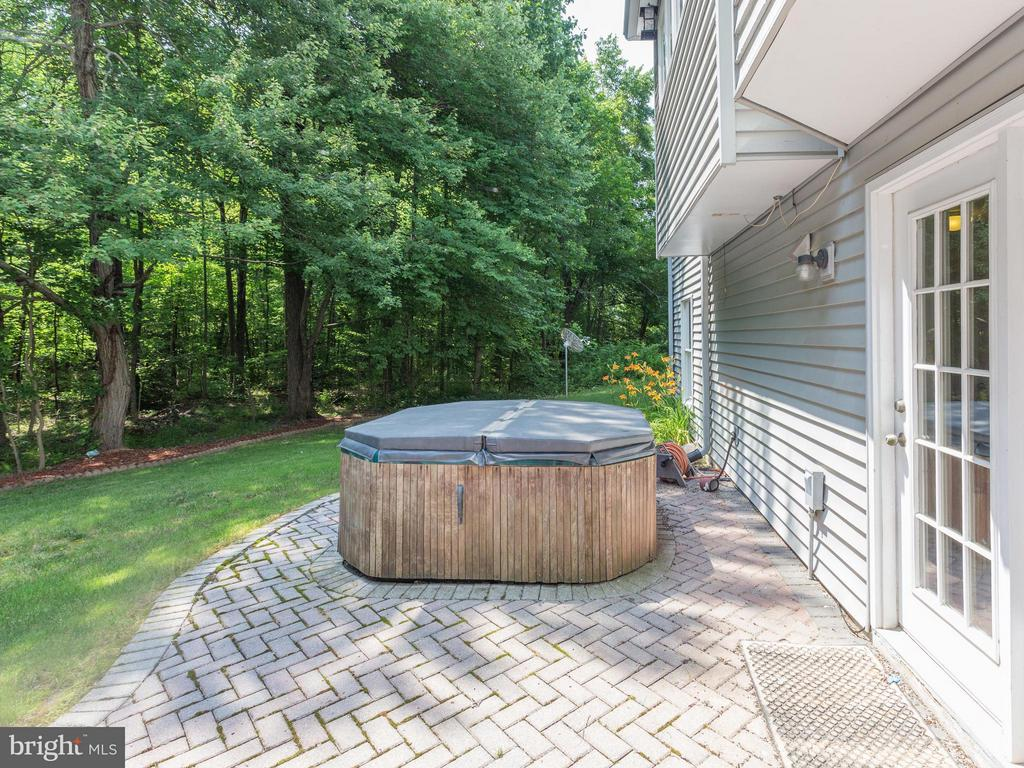 Patio & hot tub - 9424 WOODED GLEN AVE, BURKE