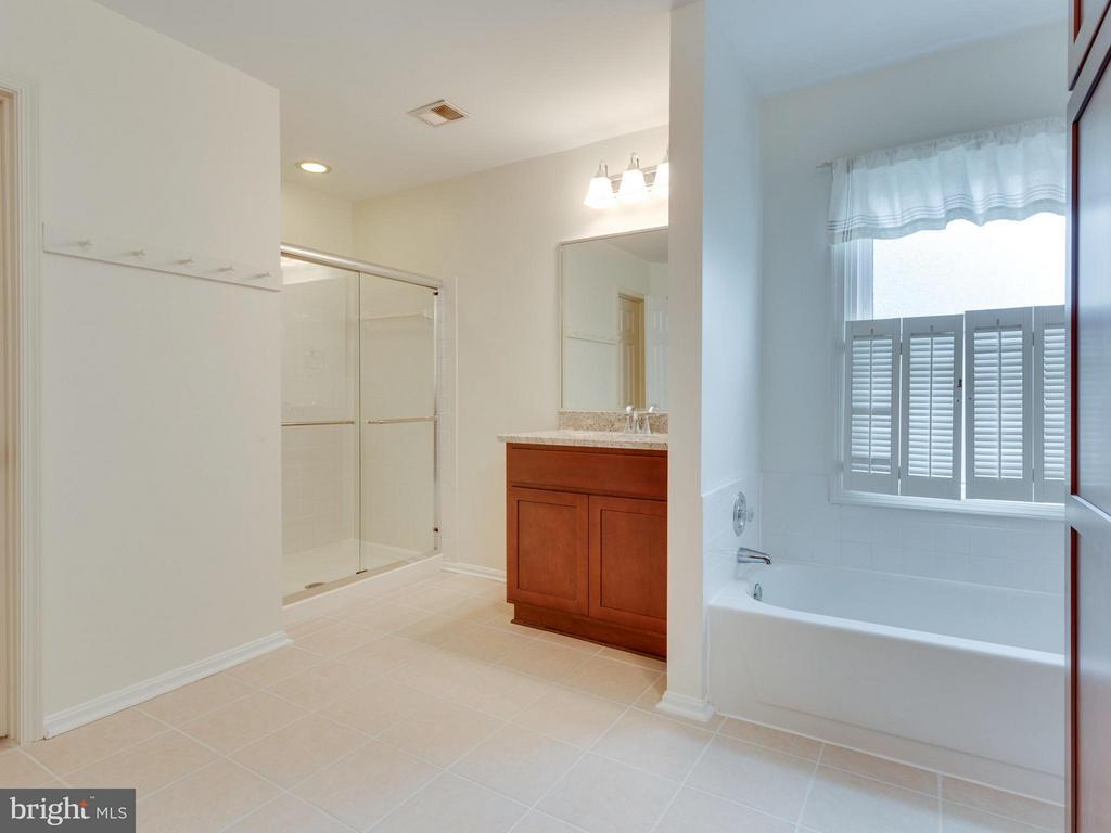 Recently updated Master Bath - 9424 WOODED GLEN AVE, BURKE