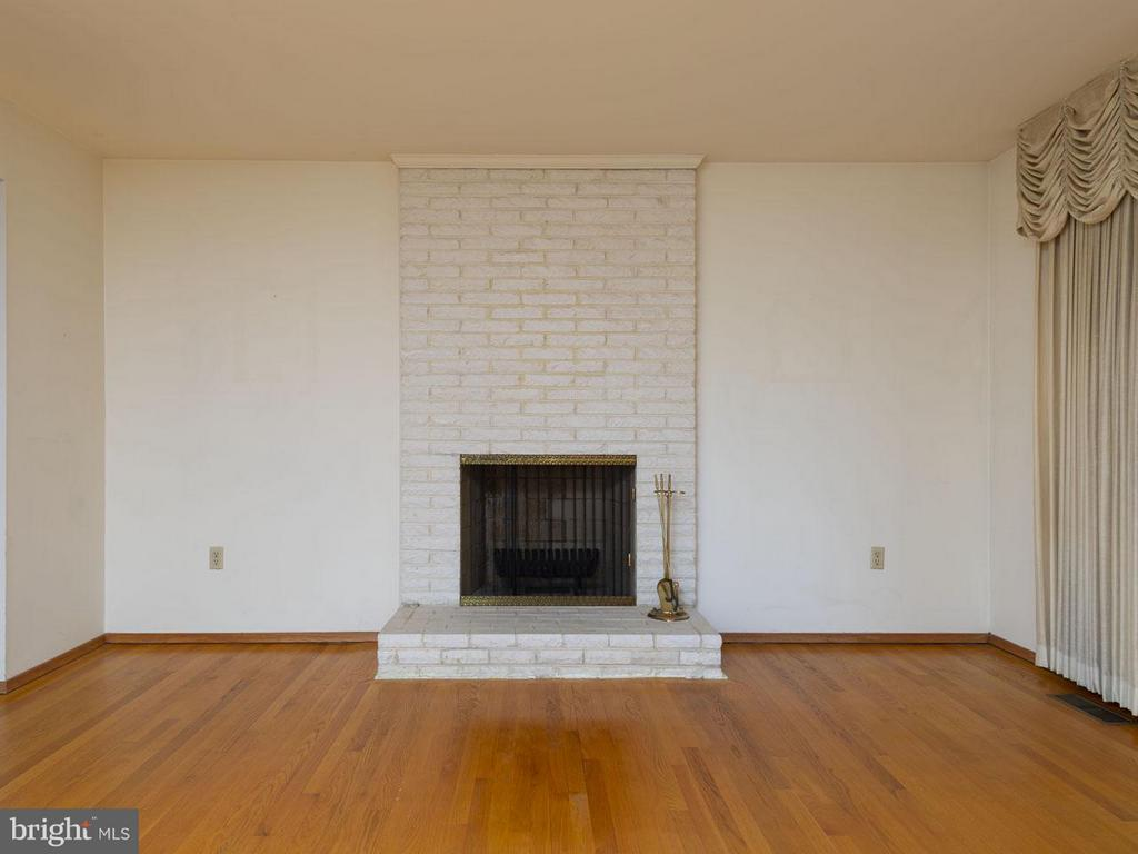 Living Room fireplace detail - 5105 REDWING DR, ALEXANDRIA