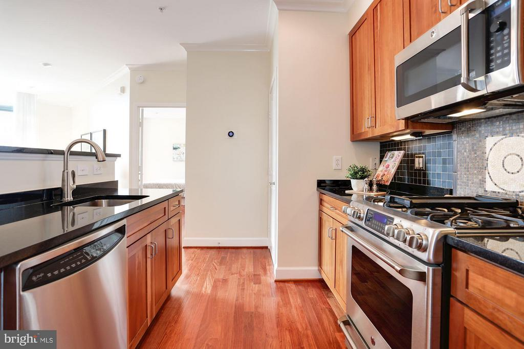Kitchen with upgraded appliances - 1220 FILLMORE ST #PH11, ARLINGTON