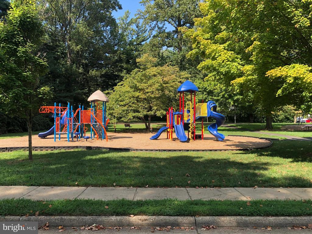 Walk to this great park! - 10923 OAKWOOD DR, FAIRFAX