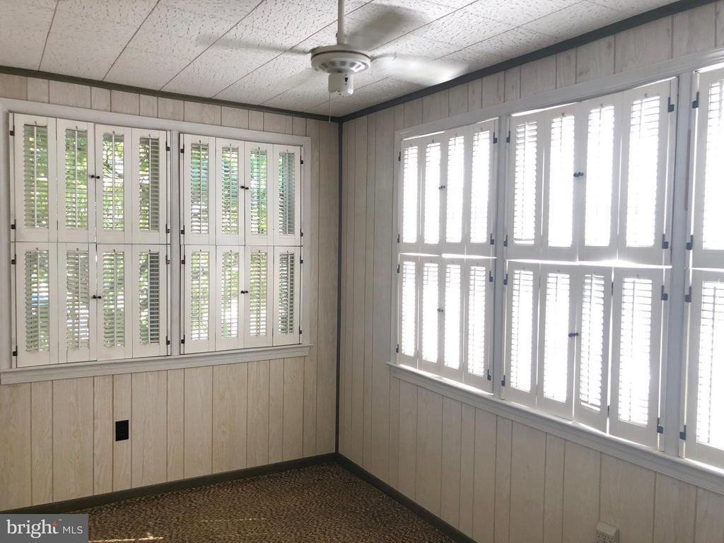 Sunroom, den/office, kids playroom on main level! - 10923 OAKWOOD DR, FAIRFAX