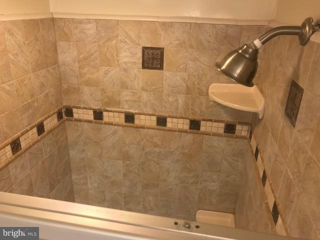 Standing Shower - 8360 GREENSBORO DR #703, MCLEAN