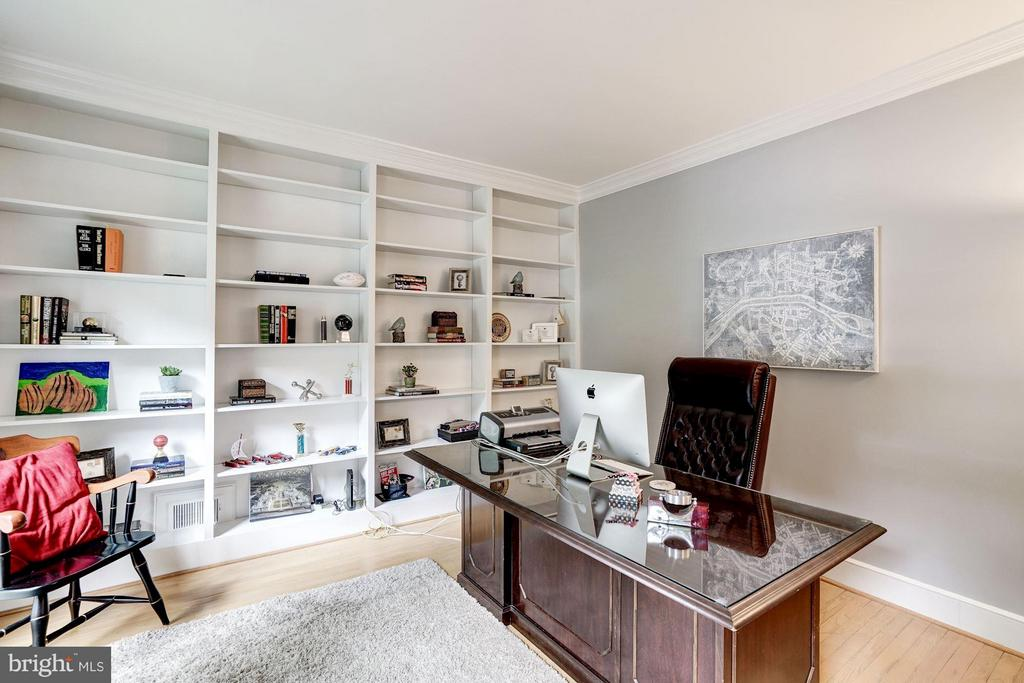 Library with Built-in Book Shelves - 740 POTOMAC RIVER RD, MCLEAN