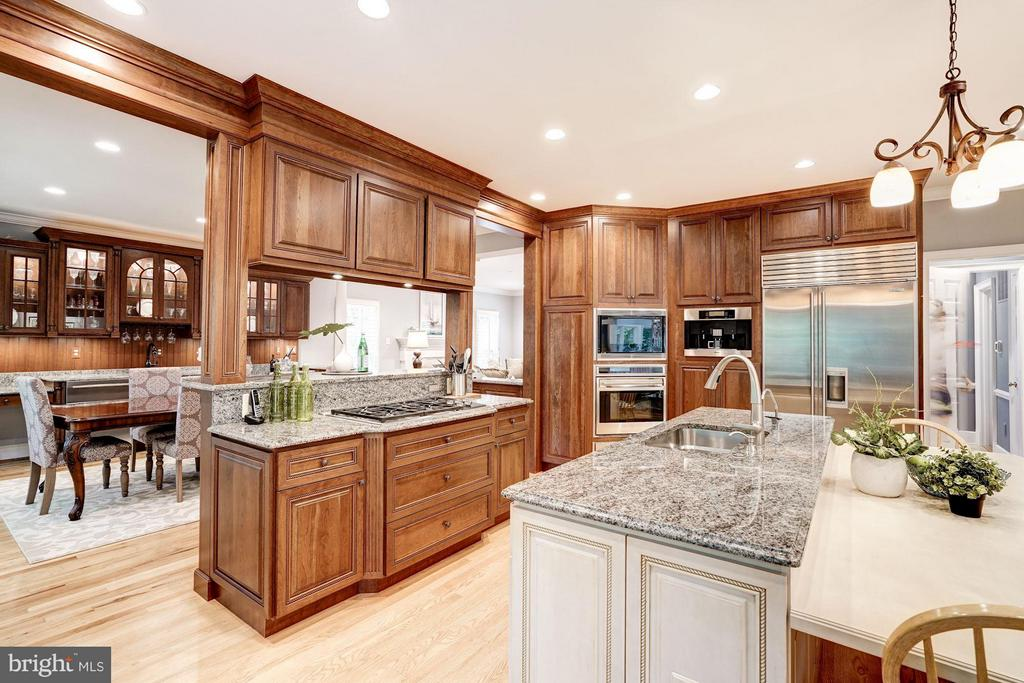 Kitchen Convenient to  Dining Room - 740 POTOMAC RIVER RD, MCLEAN