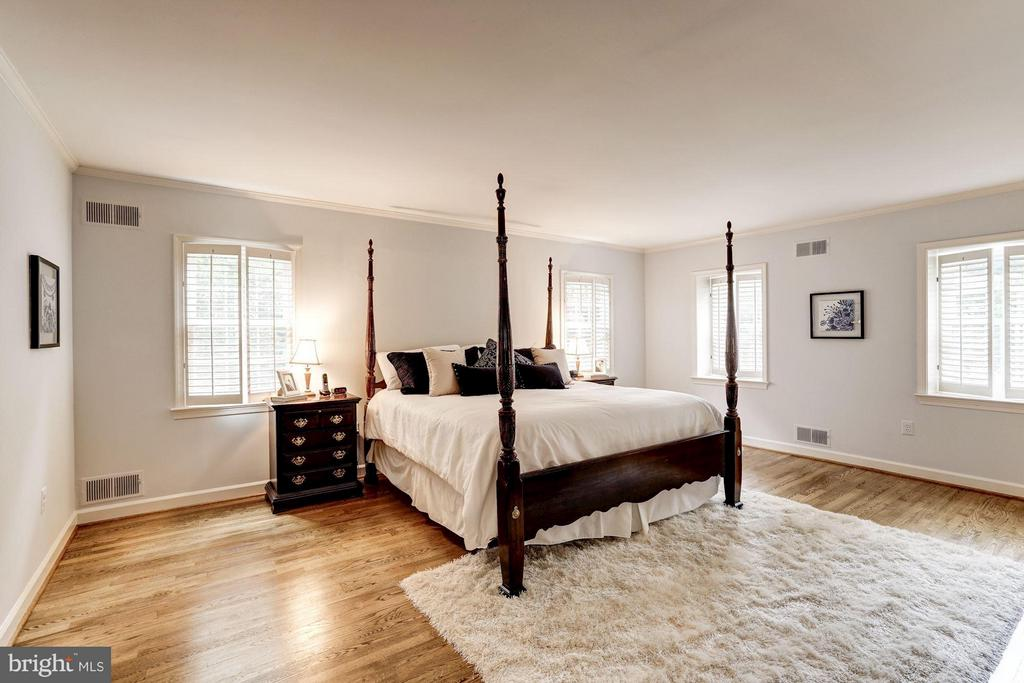 Master Bedroom With Hardwood Floors - 740 POTOMAC RIVER RD, MCLEAN
