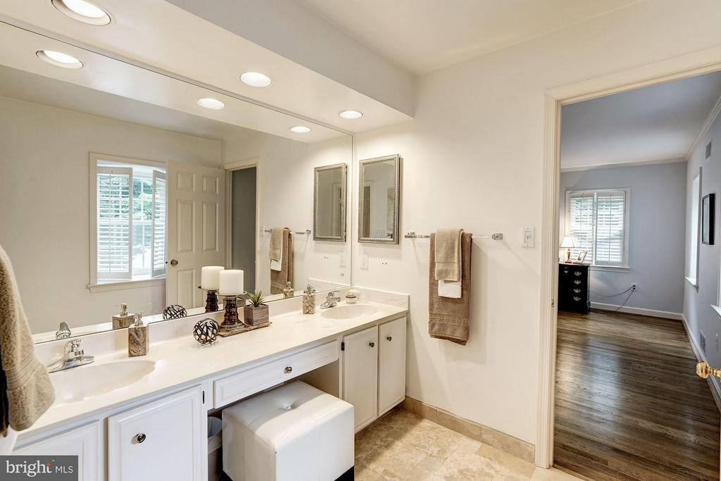 Master Bath w/Dual Vanites & Recessed Lighting - 740 POTOMAC RIVER RD, MCLEAN