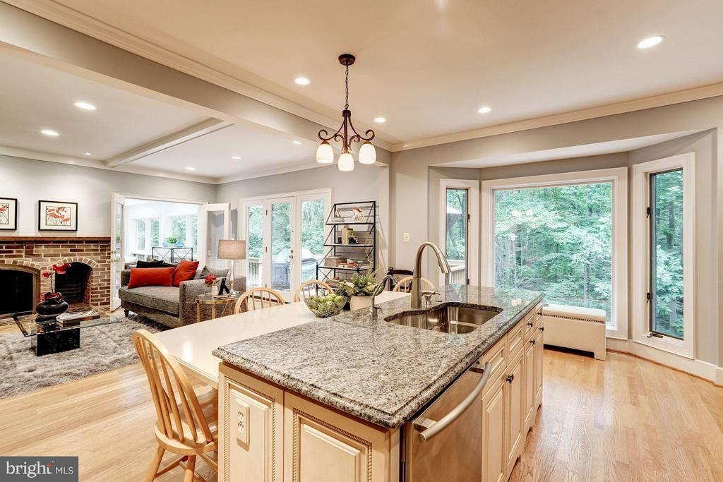 Sunlit Kitchen with Bay Window - 740 POTOMAC RIVER RD, MCLEAN