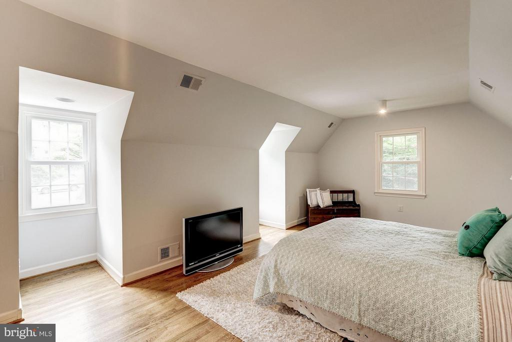 Large Second Bedroom- Could Serve as Second Master - 740 POTOMAC RIVER RD, MCLEAN