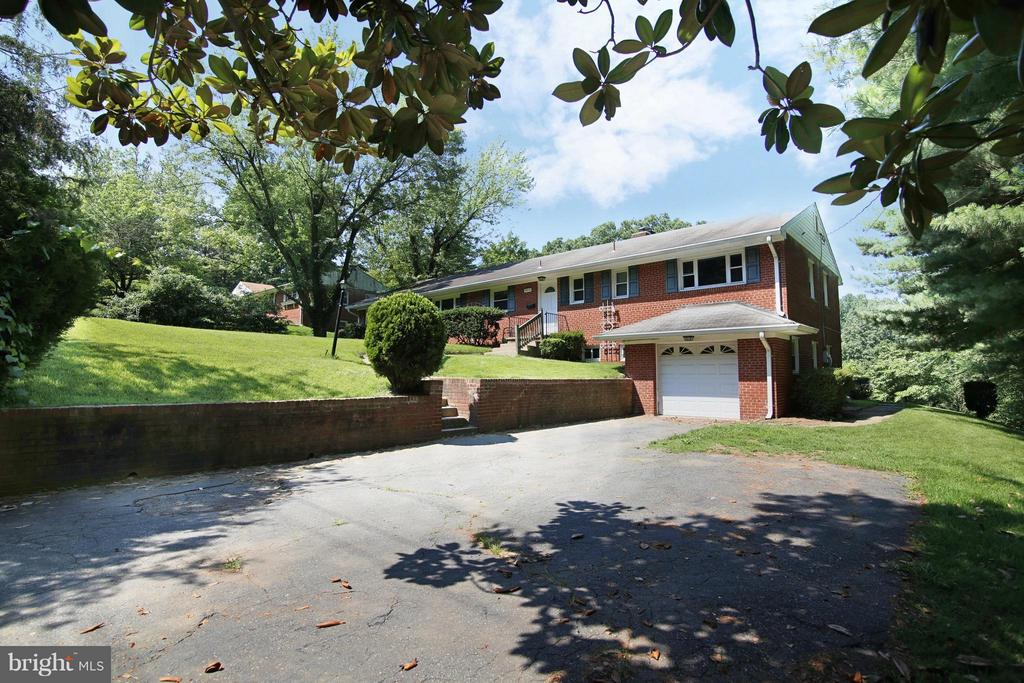 Single Garage with Large Paved Area for Parking - 3812 SLEEPY HOLLOW RD, FALLS CHURCH
