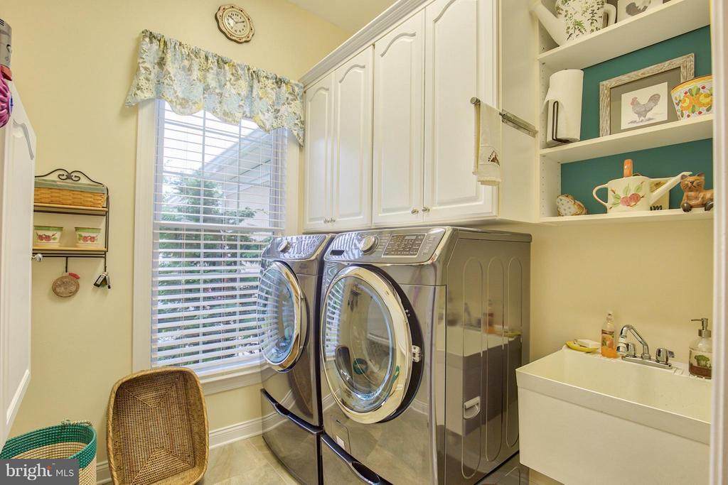 Laundry Room with custom built-ins - 15467 CHAMPIONSHIP DR, HAYMARKET