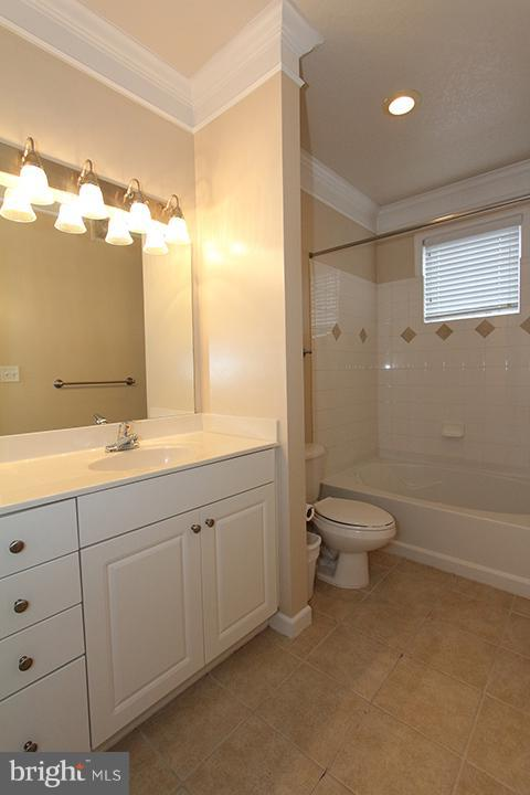 Full bath off of bedroom and hallway - 507 SUNSET VIEW TER SE #308, LEESBURG