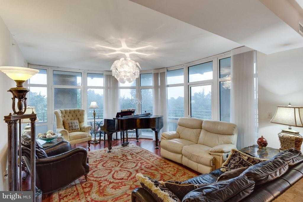 Living Room - 8220 CRESTWOOD HEIGHTS DR #316, MCLEAN