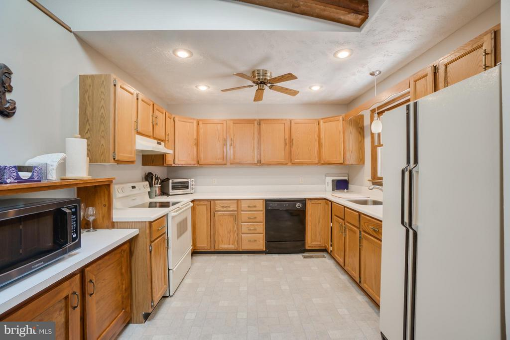 Kitchen boasts all the amenities - 2310 LAKEVIEW PKWY, LOCUST GROVE