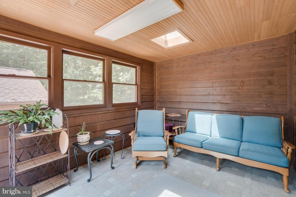 Sun room offers relaxation - 2310 LAKEVIEW PKWY, LOCUST GROVE