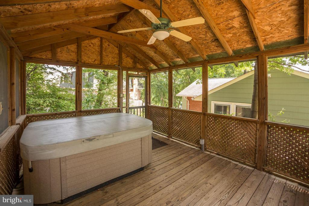 Beautifully designed with hot tub - 104 MONTAGUE ST N, ARLINGTON