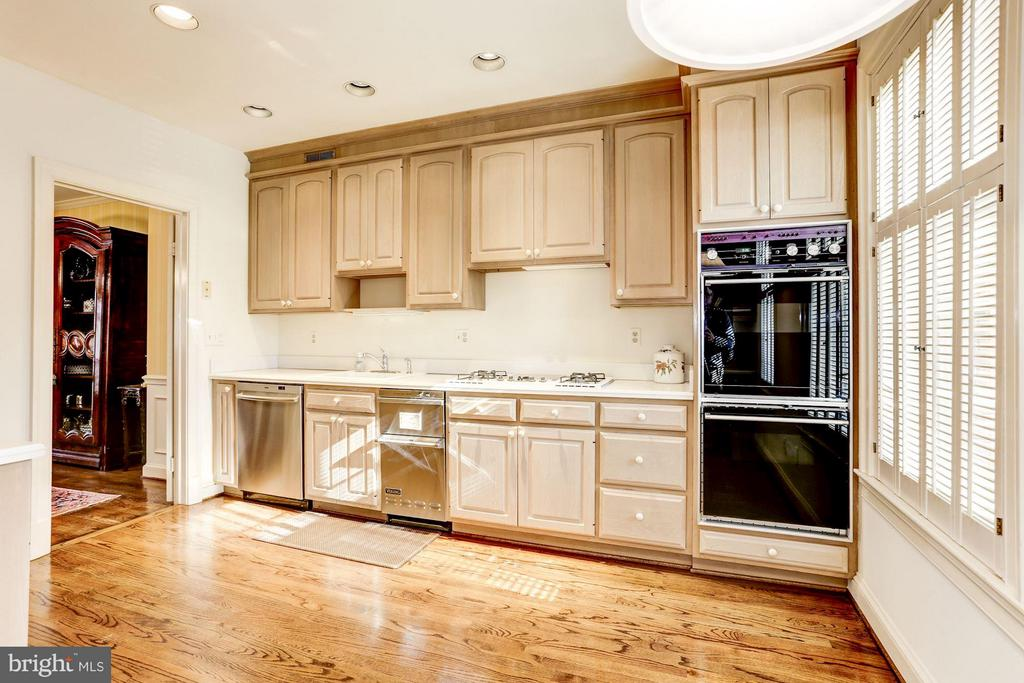 Updated cabinets - 3827 N. TAZEWELL ST, ARLINGTON