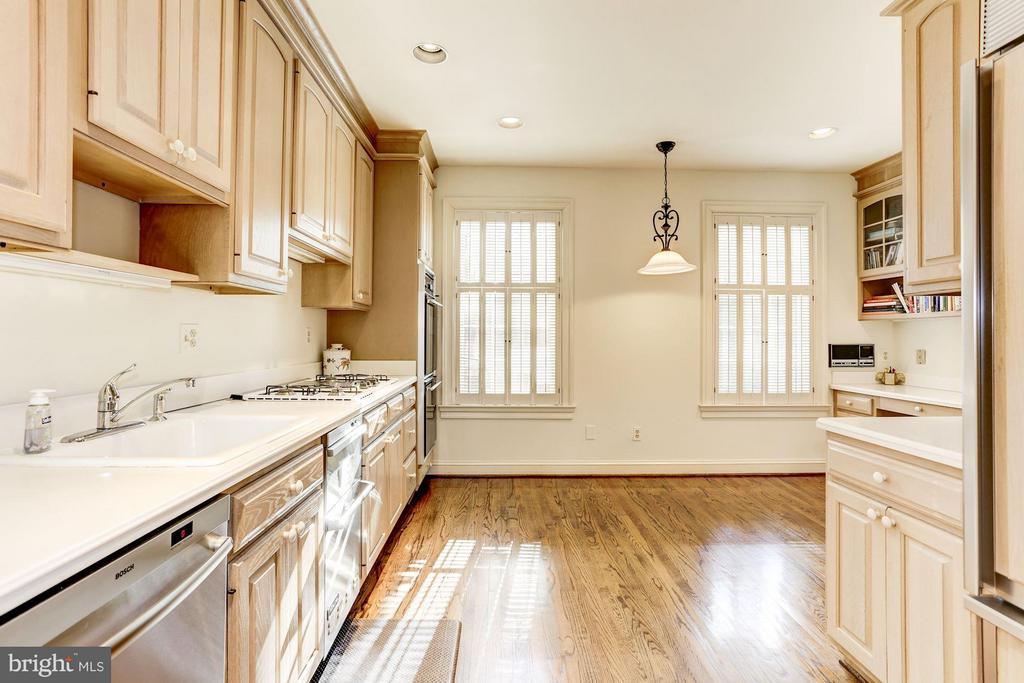 Beautiful Kitchen with Sub-zero fridge - 3827 N. TAZEWELL ST, ARLINGTON