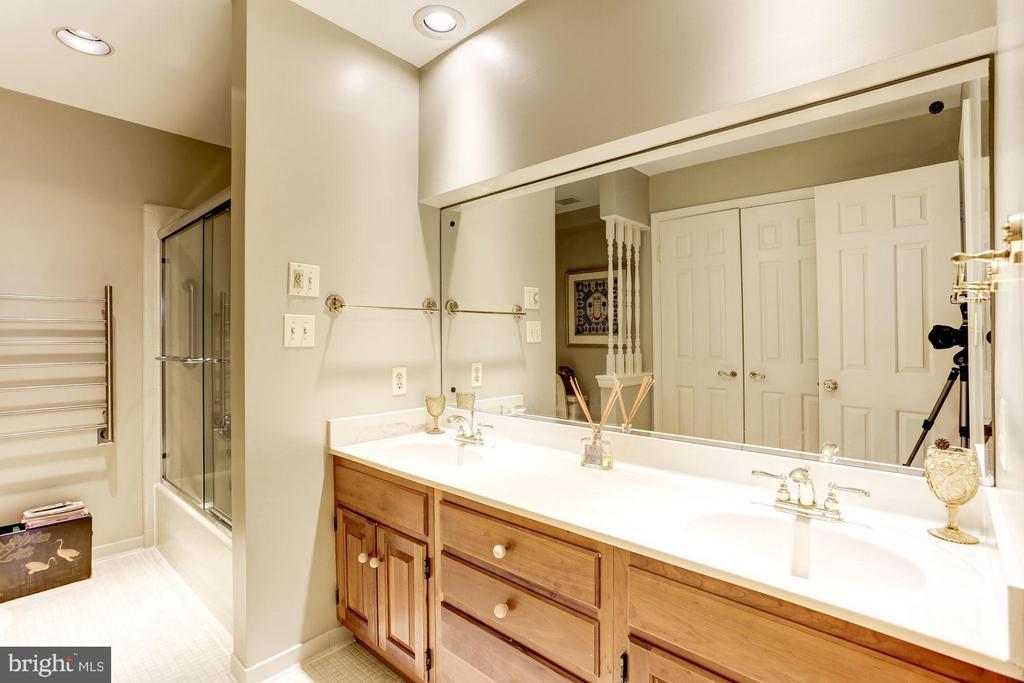 Dual vanity, separate shower and bath - 3827 N. TAZEWELL ST, ARLINGTON