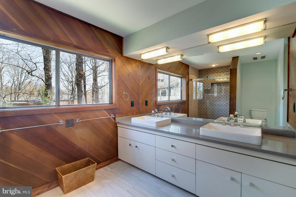 Remodeled with dual vanity and lake views - 2003 CUTWATER CT, RESTON