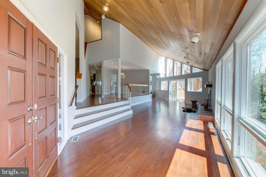 Foyer leads to open floor plan with lots of light - 2003 CUTWATER CT, RESTON