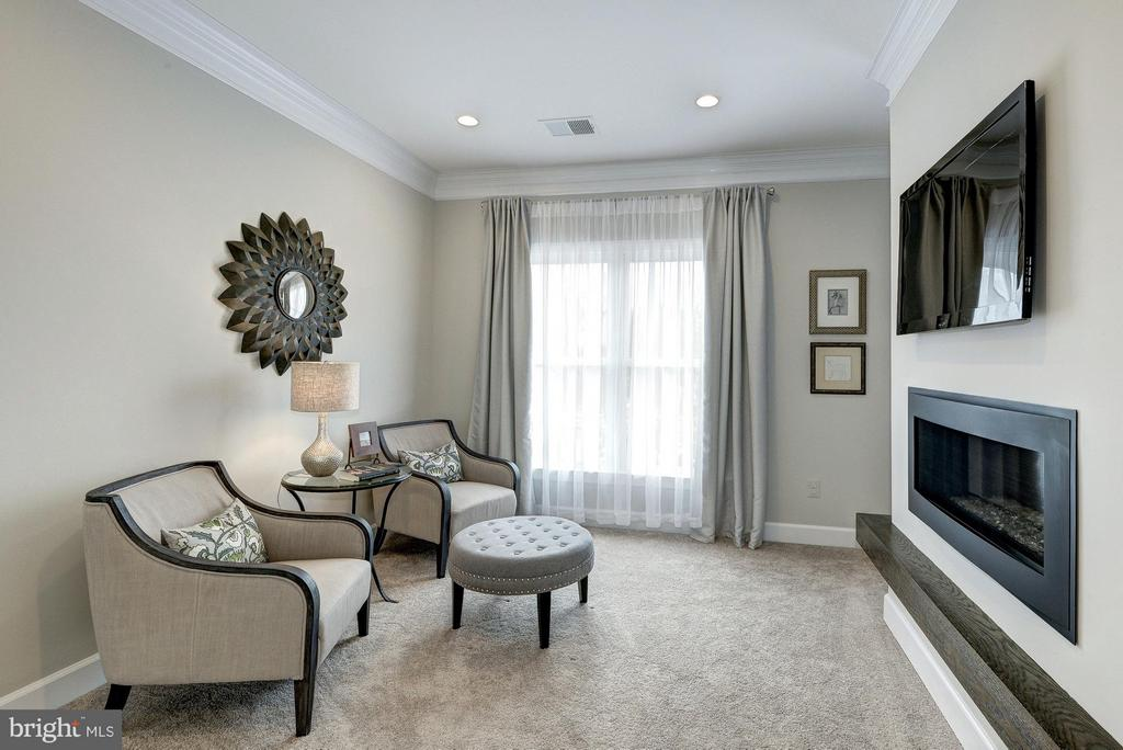 Sitting Room with dual-sided fireplace - 2550 VALE RIDGE CT, OAKTON