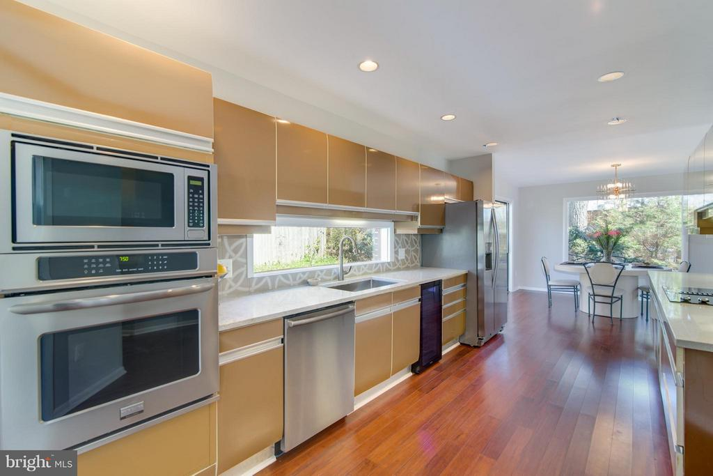 Kitchen has a great flow for entertaining - 2003 CUTWATER CT, RESTON