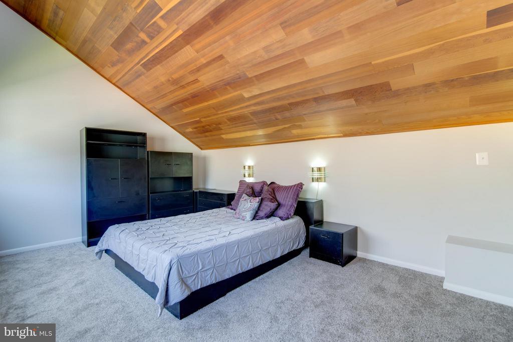 Huge loft in 3rd bedroom with wood ceilings - 2003 CUTWATER CT, RESTON