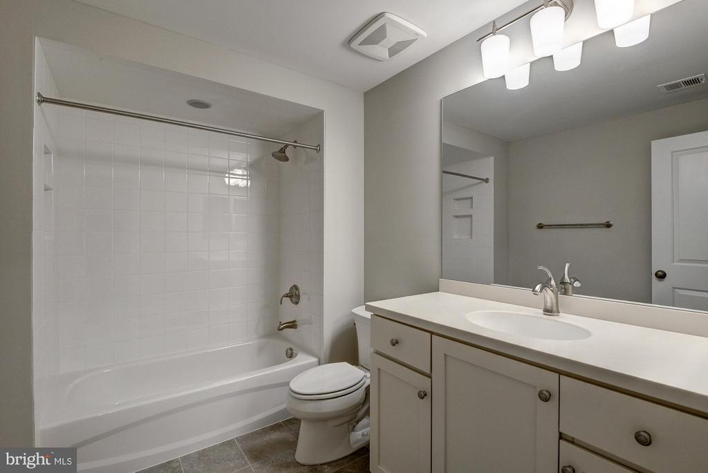Lower level full bathroom - 2550 VALE RIDGE CT, OAKTON