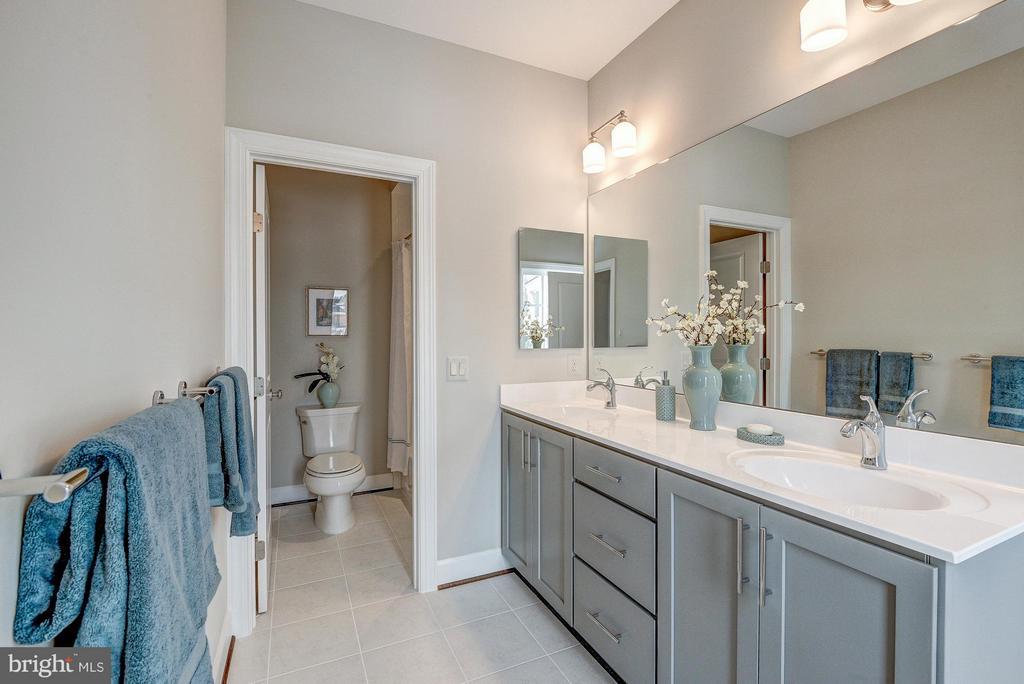 Dual entry bathroom - 2550 VALE RIDGE CT, OAKTON