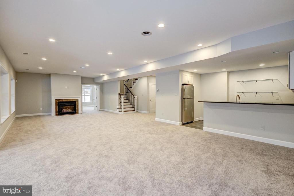 Finished, walk-out lower level - 2550 VALE RIDGE CT, OAKTON