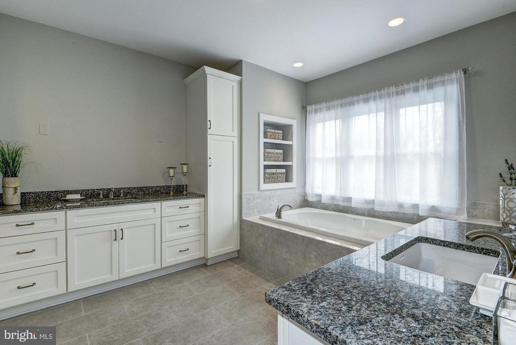 Master bathroom - 2550 VALE RIDGE CT, OAKTON