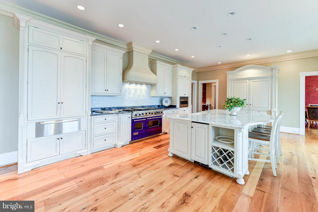 Wolf 6 burner stove with oversized Marble island - 7615 SOUTHDOWN RD, ALEXANDRIA
